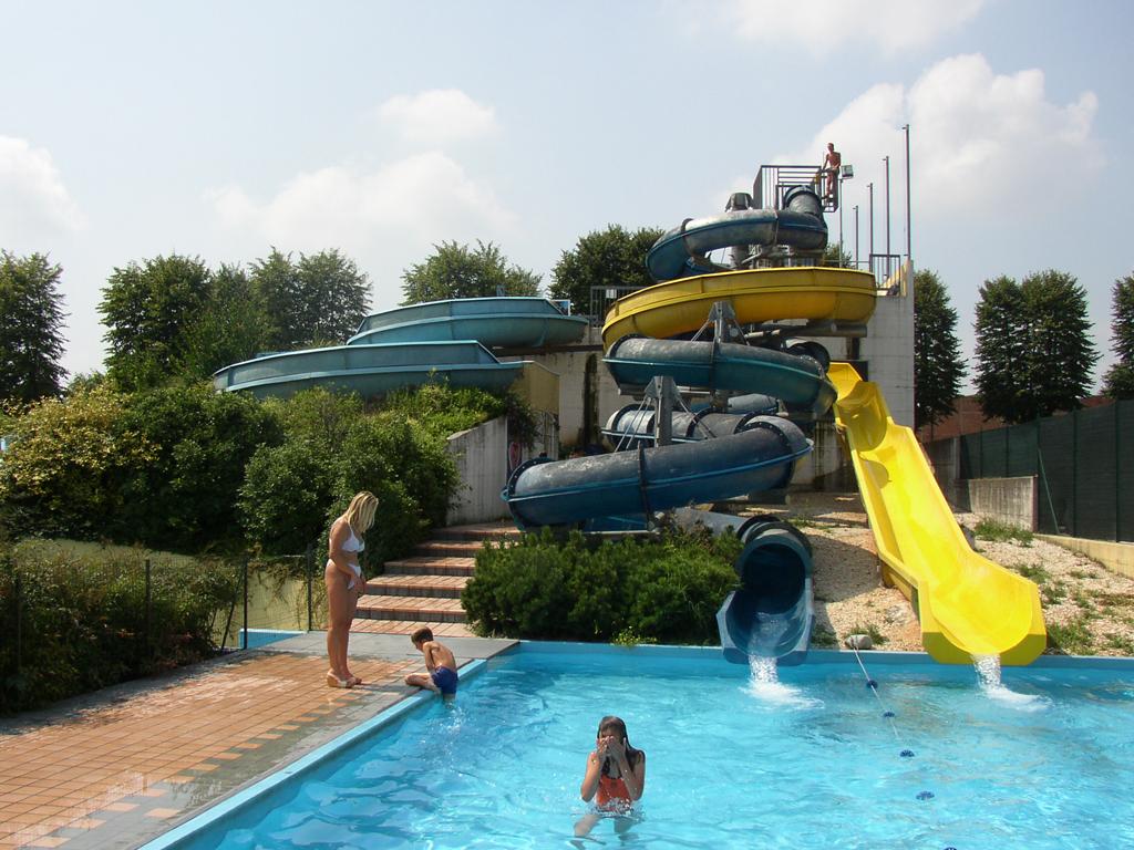 Acquar piscina di rovato mondoparchi tanto divertimento gratis tutto l 39 anno per tutta la - Piscina di barzano ...